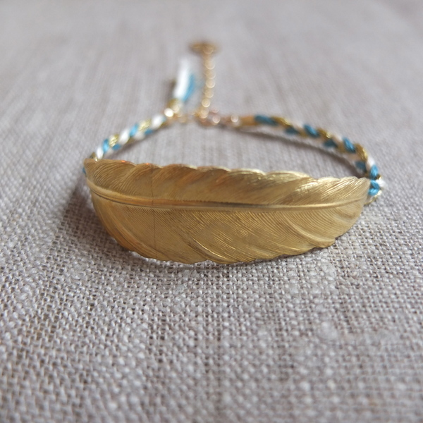 bracelet-plume-or-et-sa-tresse-ecru-et-bleu-ciel-pulsera_11196